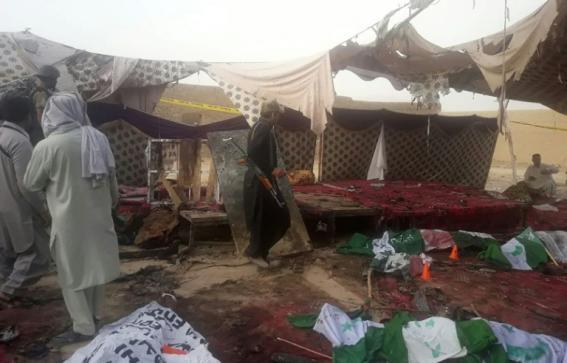الباكستانيون يشيعون 128 قتيلا قضوا في تفجير استهدف تجمعا انتخابيا