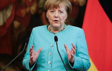 ميركل مستعدة لدراسة مقترحات ماكرون بشأن منطقة اليورو