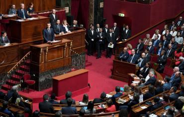 ماكرون: على فرنسا أن  تكون منفتحة دائما للحوار والتفاوض والسلام