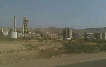في اليمن عمليات نهب لمصنع اسمنت البرح