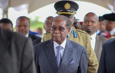 """الغارديان تنشر تفاصيل مثيرة حول صفقة تخلي """"موغابي"""" عن منصبه"""