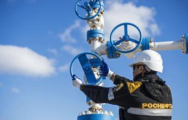 النفط يرتفع مع تعافي بورصة وول ستريت لكنه ينهي الأسبوع على خسائر