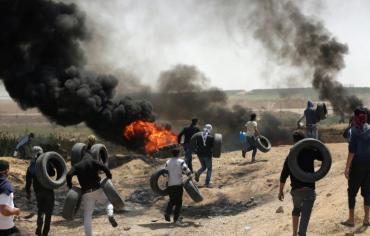 مواجهات بين المتظاهرين الفلسطينيين والجيش الاسرائيلي على حدود غزة