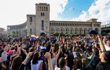 """ارمينيا تحيي ذكرى """"الابادة"""" غداة استقالة رئيس حكومتها"""