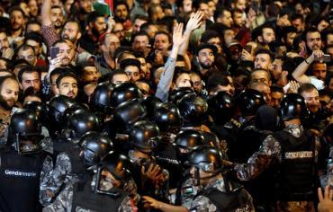 الأردن.. انتشار أمني مكثف في محيط مقر الحكومة بعد تجدد الاحتجاجات