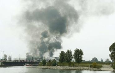 """حريق ضخم في مصنع لـ""""بي أم دبليو"""""""