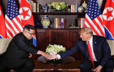 قمة تاريخية بين ترامب وكيم جونغ ، وترامب يعلق