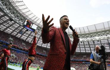 """كأس العالم.. """"فوكس"""" تعتذر عن تصرف روبي ويليامز في حفل الافتتاح"""