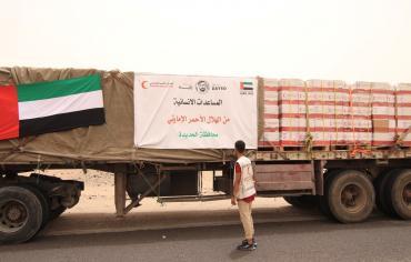 """"""" الهلال الأحمر الإماراتي """" يسير جسرا إغاثيا عاجلا للحديدة يضم 10 بواخر و3 طائرات"""