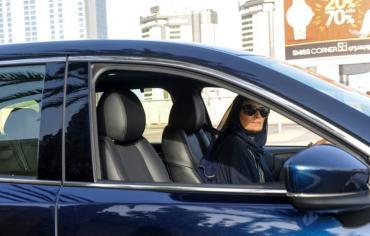 سعوديات يتجولن بسياراتهن بحرية للمرة الاولى في تاريخ المملكة