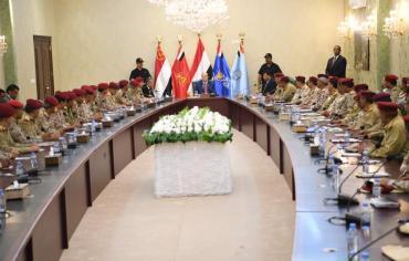 هادي في لقاء موسع لقيادة الدفاع : مهمة التحرير مستمرة