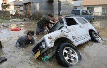 مئة قتيل على الاقل حصيلة فيضانات اليابان وعمليات انقاذ صعبة