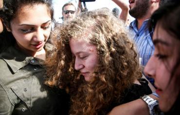 حشود جماهيرية تحيي عهد التميمي بعد افراج السلطات الاسرائيلية عنها