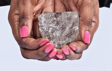 العثور على ماسة ضخمة في سيراليون يقدر وزنها بنحو 706 قراريط